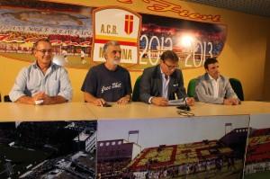 La conferenza stampa alla quale hanno preso parte l'assessore De Cola, il sindaco Accorinti, il patron Lo Monaco e l'amministratore delegato Failla