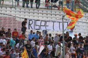"""Uno striscione dei tifosi del Messina, che invocato maggiore """"rispetto"""" (foto Paolo Furrer)"""