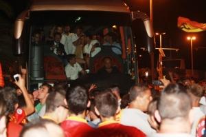 Il pullman circondato dai tifosi dopo la vittoria del derby dello scorso settembre