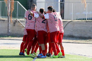 L'esultanza dei calciatori del Due Torri (foto Carmelo Lenzo)