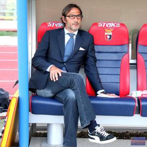Il tecnico della Casertana Angelo Gregucci in panchina