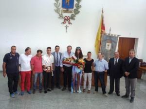 """Foto di gruppo al Comune di Villafranca assieme alla """"reginetta"""" Giulia Cardullo"""