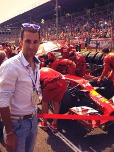 Vincenzo Nibali sulla griglia di partenza del Gran Premio d'Italia a Monza, al fianco della Ferrari