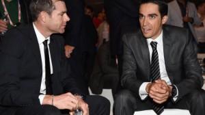 Alberto Contador, che punta alla doppietta Giro-Tour, parla con Cadel Evans, che in questi giorni ha annunciato il ritiro dall'attività agonistica