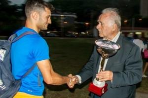 Copia di Il presidente Carmignani premia Gabriele Crisafulli in rappresentanza dell'Atletica Villafranca