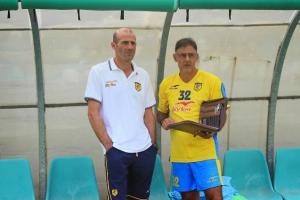 Il tecnico della Juve Stabia Giuseppe Pancaro in panchina con un assistente