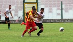 Bucolo contende un possesso ad un avversario in mezzo al campo (foto Paolo Furrer)