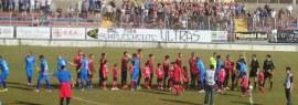 Milazzo e Siracusa schierate in mezzo al campo prima del calcio d'inizio
