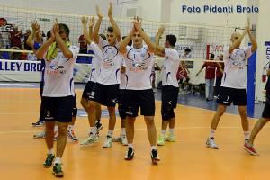 I giocatori del Volley Brolo celebrano un punto