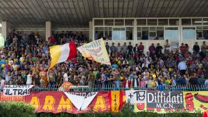 Strepitosa la cornice di pubblico per il derby che dopo 14 anni metteva di fronte nuovamente Barcellona e Milazzo, i due principali centri della provincia (foto Carmelo Lenzo)