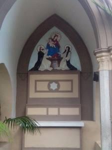 La piccola cappella riqualificata dalla Comunità che si trova alle spalle del campo di calcio