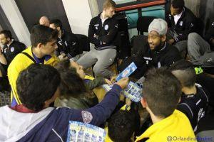 I giocatori dell'Orlandina distribuiscono gadget al PalaTorre di Torrenova