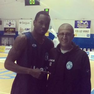 Il nuovo playmaker Sek Henry insieme al coach Giulio Griccioli