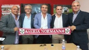 Il direttore sportivo dell'Aversa Normanna Pasqua Costagliola in posa con Sasà Marra e la dirigenza campana