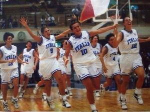 Cristina Correnti (maglia numero 9) dopo un successo con la Nazionale Italiana