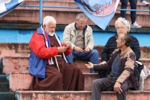 Padre Fedele, storico tifoso rossoblu, gioca a carte prima del calcio d'inizio