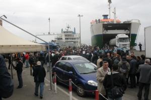 """Gli imbarcaderi """"invasi"""" dalle rispettivi tifoserie e dalle forze dell'ordine in occasione di Messina-Catanzaro"""