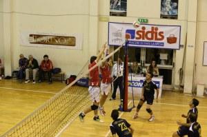 Gli atleti della Pallavolo Messina a muro. In casacca nera il Peloro Volley, già tra le protagoniste del torneo