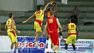 Matteo Da Ros tenta la stoppata difensiva