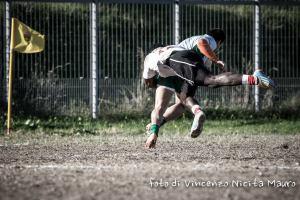 Un placcaggio acrobatico (foto Nicita)