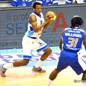 Dominique Archie sfida in palleggio il canturino Erik Williams