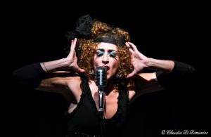 Adele Tirante durante la sua performance