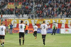 I calciatori del Messina lasciano il campo al termine della sfida con il Catanzaro