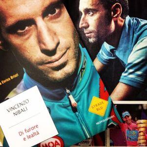 La copertina del libro di Vincenzo Nibali