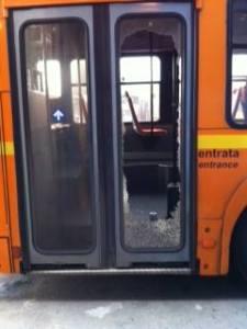 La vetrata laterale del pullman dell'ATM danneggiata dai sostenitori del Catanzaro nel corso del viaggio di ritorno