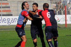 Balistreri (al centro) celebra la sua rete realizzata con la maglia della Torres contro il Mantova