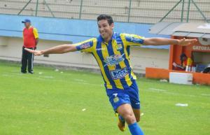 Francisco Garcia celebra una rete realizzata con il Delfin SC