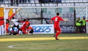 Fall sigla l'1-0 del Barletta (foto Furrer)