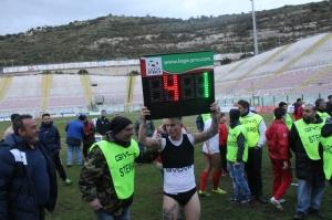 Ciciretti celebra con la lavagnetta il 4-1 del derby (foto Paolo Furrer)
