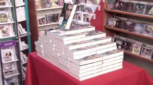 Il banchetto allestito per la vendita del libro dello ''squalo dello Stretto''