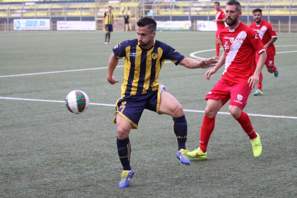 Maurizio Vella in azione con la maglia della Juve Stabia