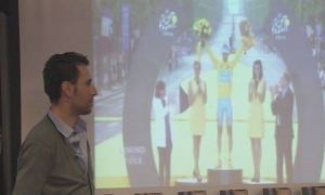 Nibali osserva un video sull'ultimo Tour de France