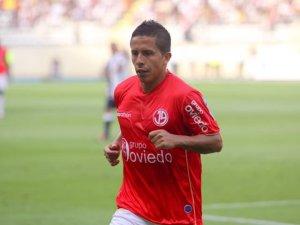 Roberto Merino con la maglia della formazione peruviana del Juan Aurich
