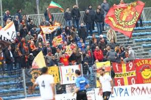Lo straordinario colpo d'occhio offerto dai tifosi del Messina ad Aprilia (Alfano/Activa)