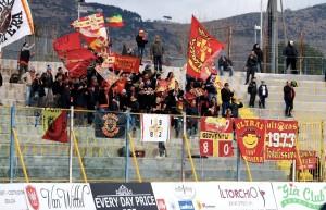 I numerosi sostenitori giunti da Messina (foto Giuseppe Scialla)