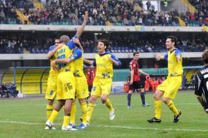 De Paula celebra con i compagni del Chievo la sua prima rete in serie A