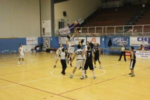 La palla a due del match fra Basket School ed Aci Bonaccorsi
