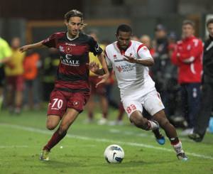 De Paula in azione con la maglia del Bari contro la Reggina