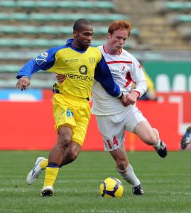 De Paula in azione con la maglia del Chievo contro il Bari