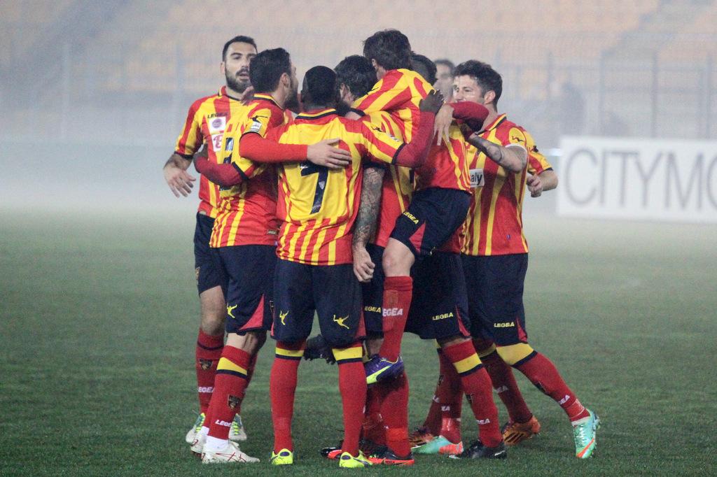 L'esultanza dei calciatori del Lecce