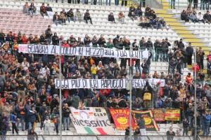Uno striscione esposto dai tifosi in Curva Sud (foto Paolo Furrer)