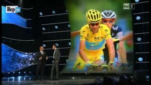 Sul palco di Sanremo anche la maglia gialla che lo ha visto trionfare in Francia