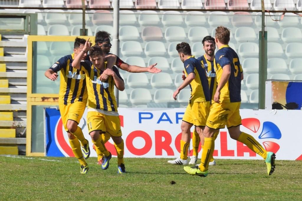 La Juve Stabia celebra una delle tre marcature realizzate al San Filippo (foto Giovanni Isolino)