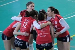 Le ragazze dell'Effe Volley nel match vinto per 3-0 con il Pedara