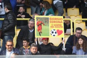 """Uno striscione dedicato a Giorgio Corona, atteso ex al """"Ceravolo"""" (foto Paolo Furrer)"""