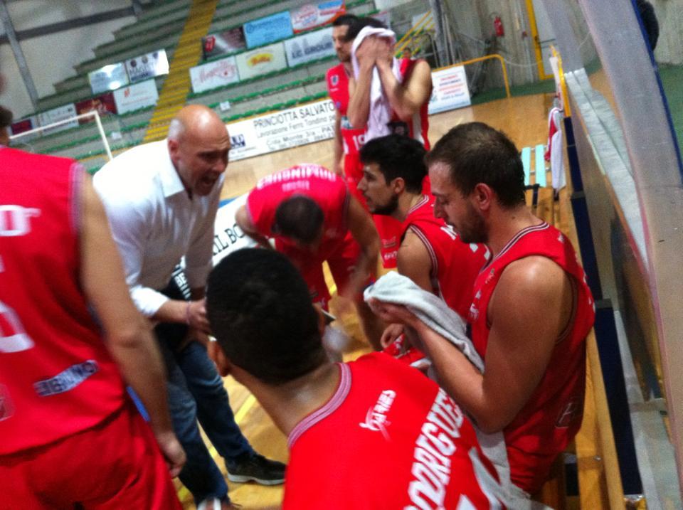 Coach Condello parla ai suoi giocatori